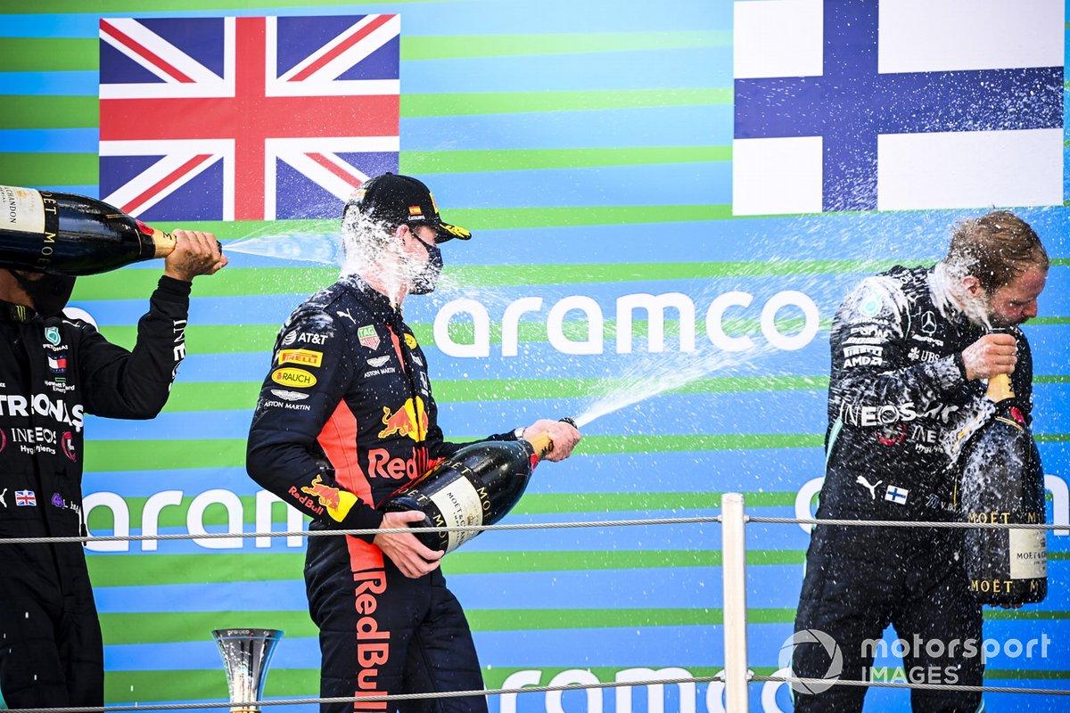 Max Verstappen, Red Bull Racing e Valtteri Bottas, Mercedes-AMG Petronas F1 festeggiano sul podio con lo champagne