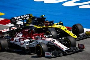Kimi Raikkonen, Alfa Romeo Racing C39, battles with Esteban Ocon, Renault F1 Team R.S.20