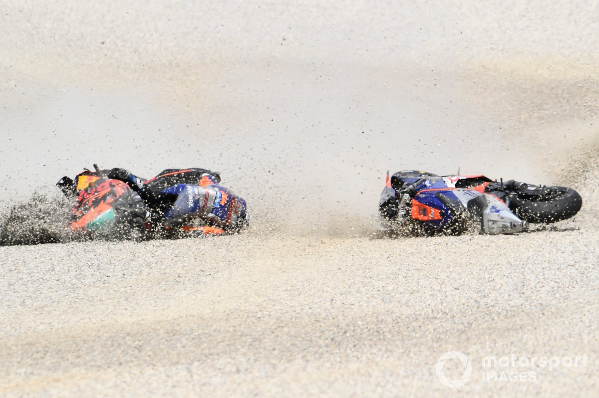 L'incidente tra Miguel Oliveira, Red Bull KTM Tech 3, Pol Espargaro, Red Bull KTM Factory Racing