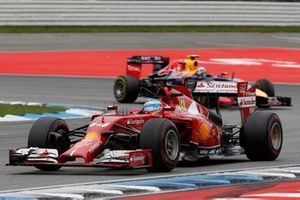 Fernando Alonso, Ferrari F14T devant Daniel Ricciardo, Red Bull Racing RB10 Renault