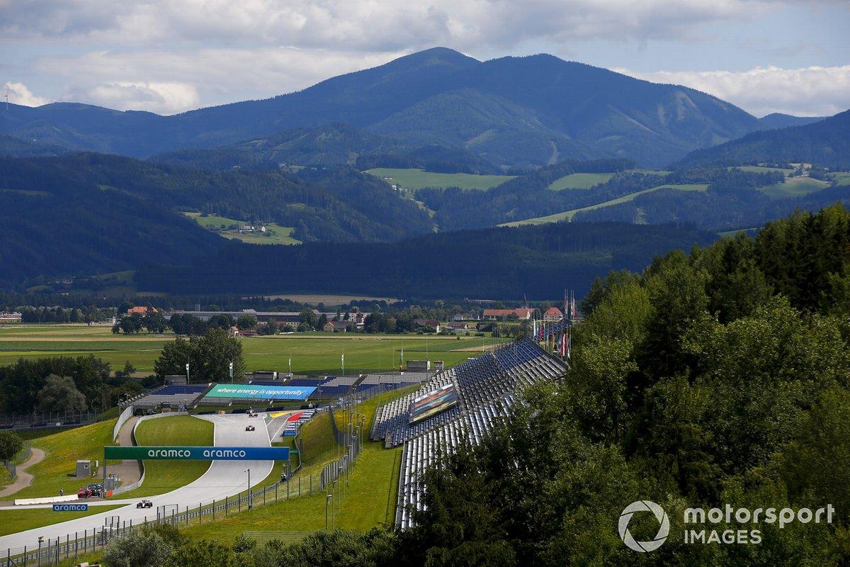 Kevin Magnussen, Haas VF-20, precede Kimi Raikkonen, Alfa Romeo Racing C39, in griglia di partenza