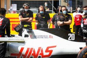 Сотрудники Haas F1 на стартовой решетке Гран При Штирии