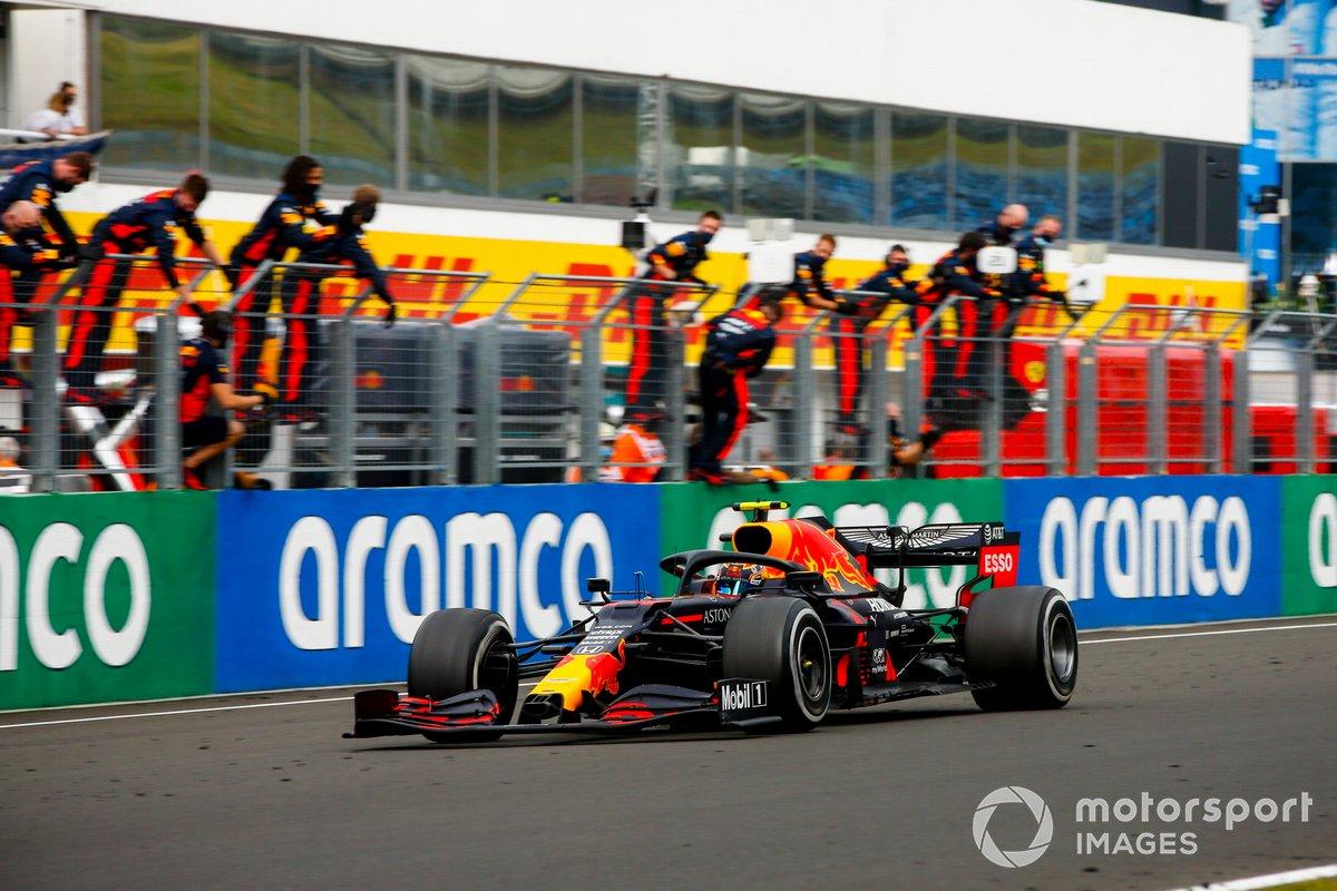 Max Verstappen, Red Bull Racing RB16 taglia il traguardo mentre il suo team festeggia