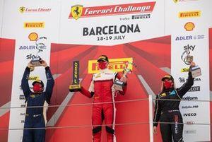 Il secondo, Emanuele Maria Tabacchi (Rossocorsa), il vincitore, Thomas Neubauer (Charles Pozzi-Courage), e il terzo Fabienne Wohlwend (Octane 126)