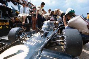 Mecánicos de Lotus trabajando en el coche de Emerson Fittipaldi, Lotus 72D Ford