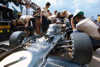 Lotus mechanics working on the car of Emerson Fittipaldi, Lotus 72D Ford