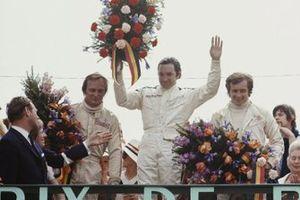 Podio: el ganador de la carrera Pedro Rodríguez, BRM, segundo lugar Chris Amon, March-Ford, tercer lugar Jean Pierre Beltoise, Matra