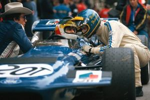 Ronnie Peterson kneels next to Tyrrell driver Johnny Servoz-Gavin during practice