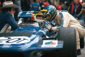 Ronnie Peterson se arrodilla junto al conductor de Tyrrell Johnny Servoz-Gavin durante la práctica