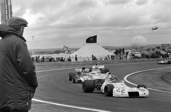 Wilson Fittipaldi, Brabham BT33 Ford leads Mike Hailwood, Surtees TS9B Ford and Peter Revson, McLaren M19A Ford
