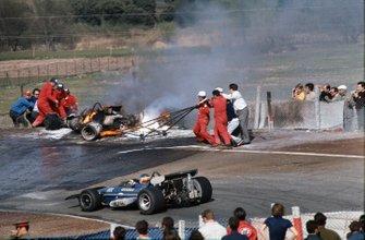 Johnny Servoz-Gavin, March 701-Ford, pasa por delante de los coches envueltos en llamas de Jacky Ickx y Jackie Oliver
