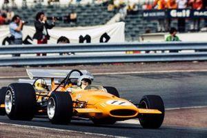 Bruce McLaren, McLaren M14A Ford leads Denny Hulme, McLaren M14A Ford