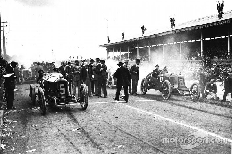 Georges Boillot, Peugeot EX5 and Rene Champoiseau, Theo Schneider at the start