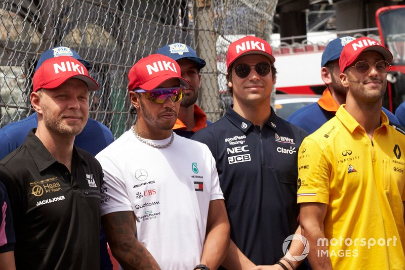 Kevin Magnussen, Haas F1, Lewis Hamilton, Mercedes AMG F1, Lance Stroll, Racing Point, and Daniel Ricciardo, Renault F1 Team, pay tribute to Niki Lauda prior to the start