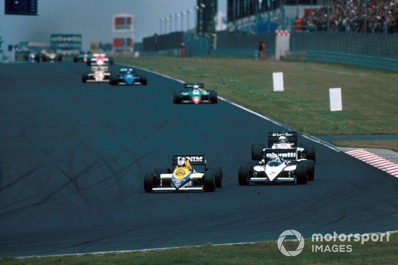 Nigel Mansell, Williams FW10, seguido de perto por Nelson Piquet