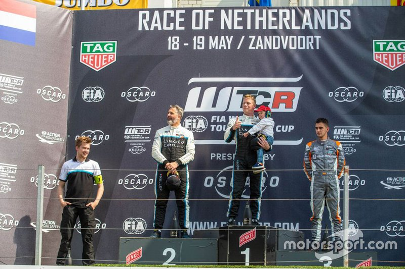 Podio: il vincitore della gara Thed Björk, Cyan Racing Lynk & Co 03 TCR, il secondo classificato Yvan Muller, Cyan Racing Lynk & Co 03 TC, il terzo classificato Mikel Azcona, PWR Racing CUPRA TCR