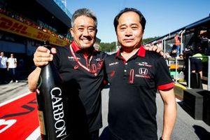 Masashi Yamamoto, directeur général, Honda Motorsport, et Toyoharu Tanabe, directeur technique F1, Honda, fêtent la victoire