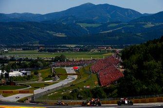 Max Verstappen, Red Bull Racing RB15, precede Kimi Raikkonen, Alfa Romeo Racing C38, e Lando Norris, McLaren MCL34