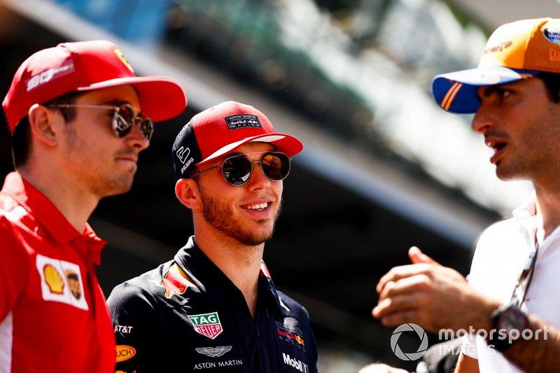 Charles Leclerc, Ferrari, Pierre Gasly, Red Bull Racing, y Carlos Sainz Jr., McLaren, en el desfile de pilotos