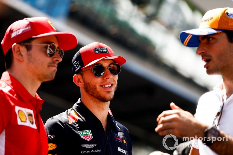 Charles Leclerc, Ferrari, Pierre Gasly, Red Bull Racing, e Carlos Sainz Jr., McLaren, alla parata dei piloti