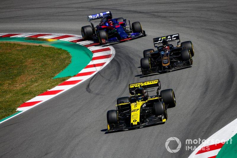 ...ведя равную борьбу с Хюлькенбергом на Renault и Магнуссеном на Haas