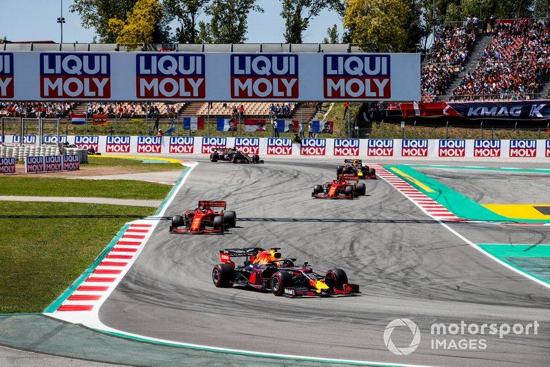 Max Verstappen, Red Bull Racing RB15, guida Sebastian Vettel, Ferrari SF90, Charles Leclerc, Ferrari SF90, Pierre Gasly, Red Bull Racing RB15, e Romain Grosjean, Haas F1 Team VF-19