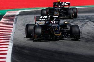 Romain Grosjean, Haas F1 Team VF-19, leadsKevin Magnussen, Haas F1 Team VF-19