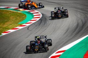 Kevin Magnussen, Haas F1 Team VF-19 leads Romain Grosjean, Haas F1 Team VF-19 and Carlos Sainz Jr., McLaren MCL34