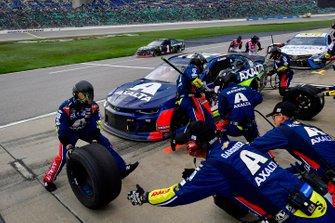 Alex Bowman, Hendrick Motorsports, Chevrolet Camaro Axalta makes a pit stop
