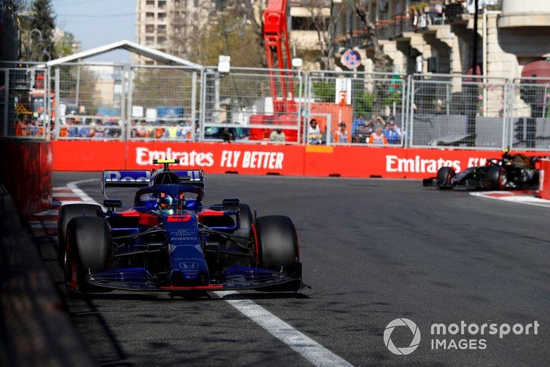Alexander Albon, Toro Rosso STR14, precede Kevin Magnussen, Haas F1 Team VF-19