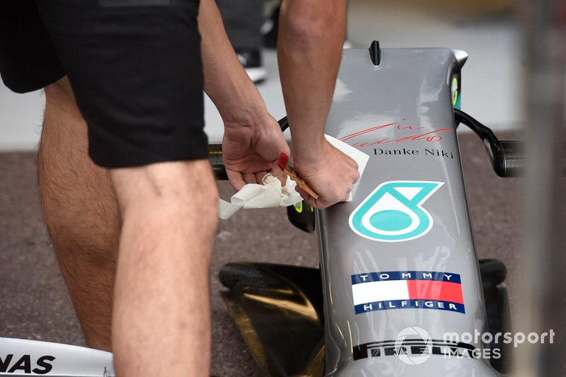 Mechanic applying Thank You Niki logo on the front of the Mercedes AMG W10 in tribute of Niki Lauda