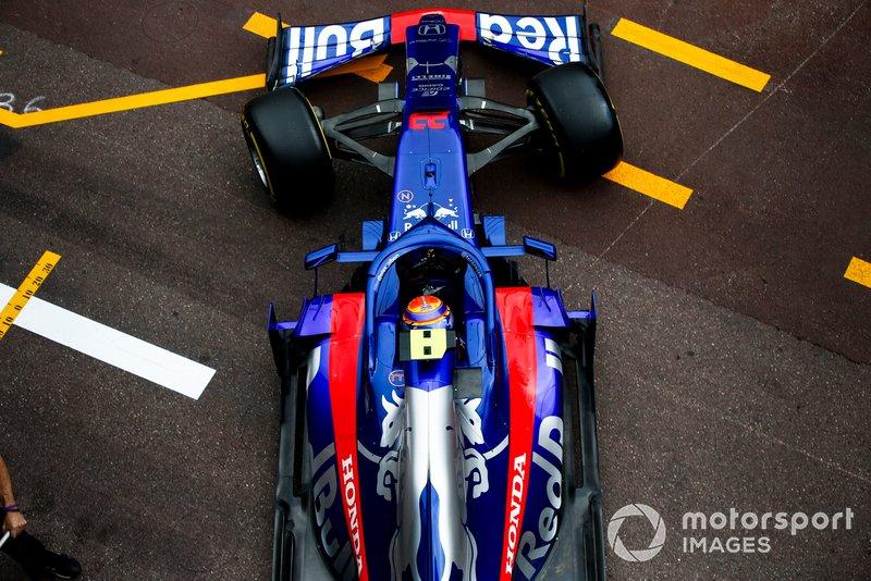 Alexander Albon, Toro Rosso STR14, leaves the garage