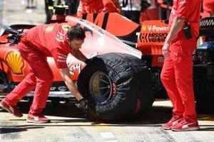 Ferrari mechanic with Charles Leclerc, Ferrari SF90, in the pit lane