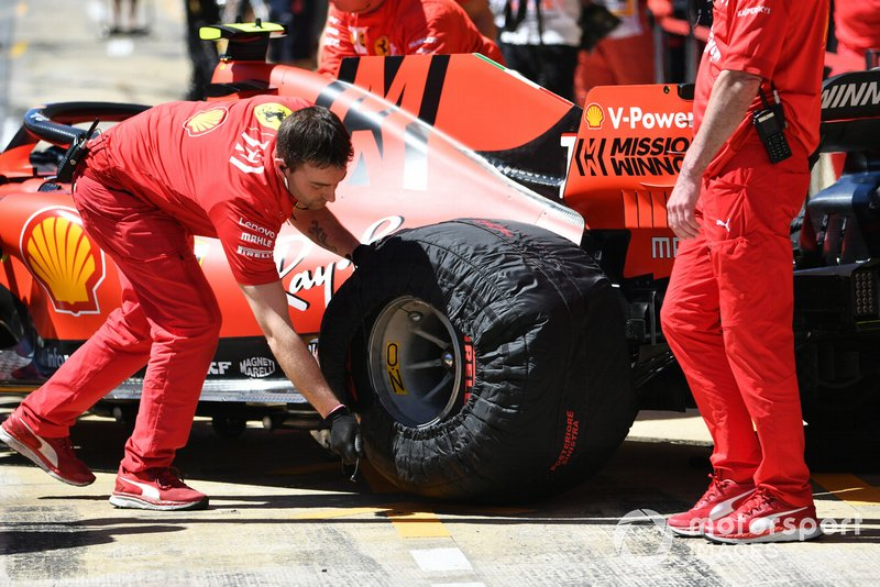 Mecánico de Ferrari con Charles Leclerc, Ferrari SF90, en el pit lane