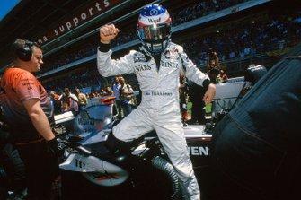 Kimi Raikkonen, McLaren Mercedes MP4-20, si prepara per la partenza della gara