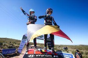 Thierry Neuville, Nicolas Gilsoul, Hyundai Motorsport Hyundai i20 Coupe WRC fêtent leur victoire