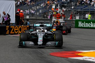 Lewis Hamilton, Mercedes AMG F1 W10, en Max Verstappen, Red Bull Racing RB15