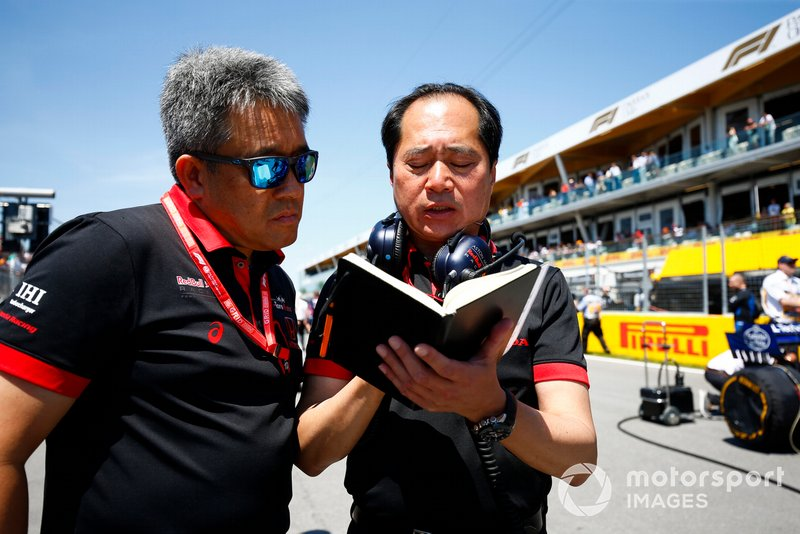 Masashi Yamamoto, General Manager, Honda Motorsport, and Toyoharu Tanabe, F1 Technical Director, Honda, on the grid