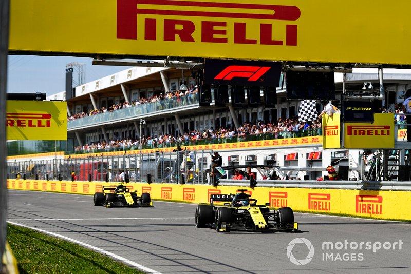 Daniel Ricciardo, Renault R.S.19, por delante de Nico Hulkenberg, Renault R.S. 19, recibe la bandera a cuadros