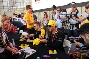 Nico Hulkenberg, Renault F1 Team and Daniel Ricciardo, Renault sign autographs for fans