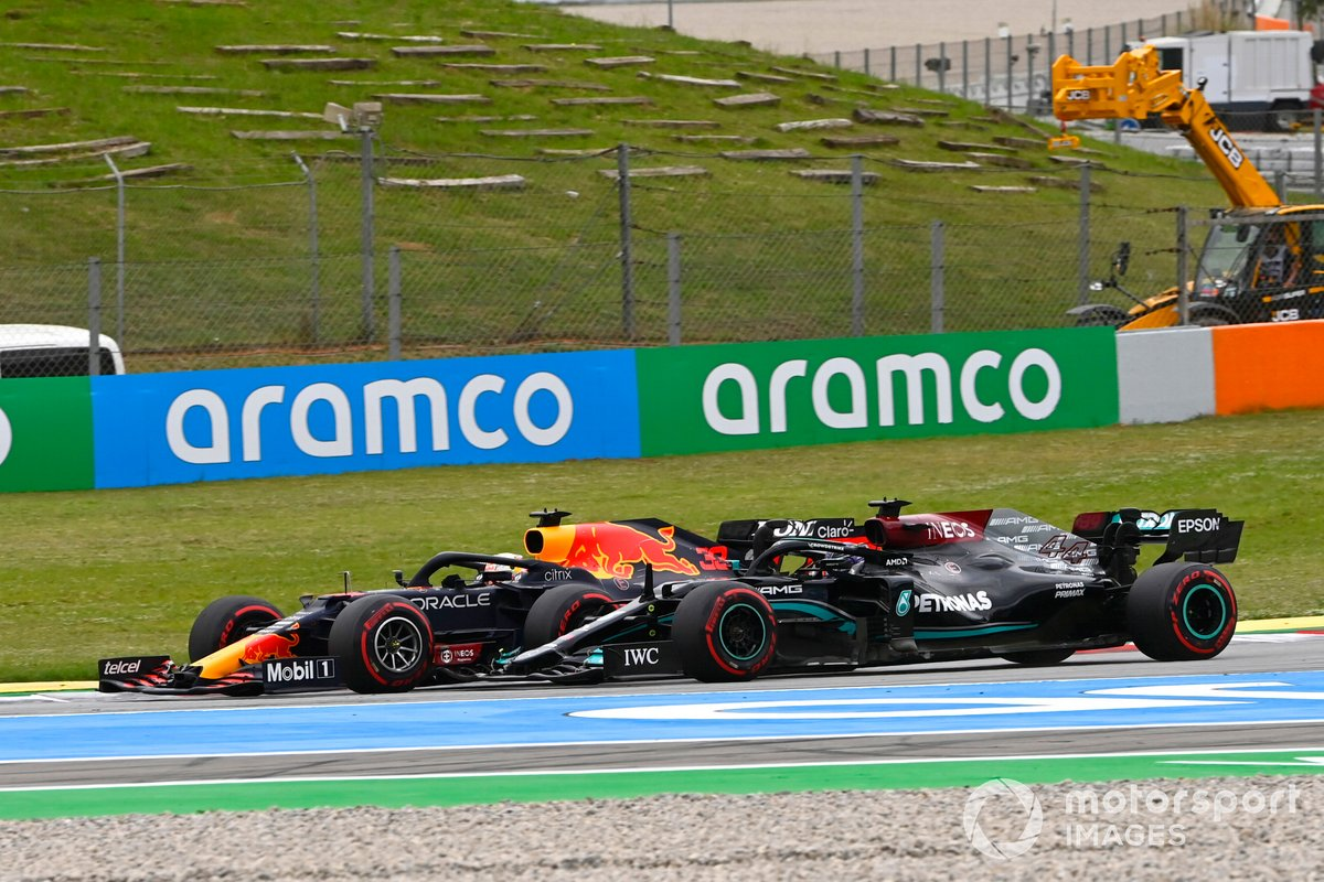 Max Verstappen, Red Bull Racing RB16B, Lewis Hamilton, Mercedes W12 al inicio de la carrera