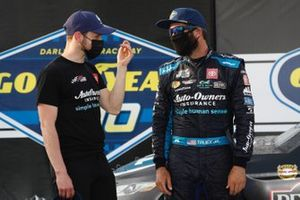 Ganador Martin Truex Jr., Joe Gibbs Racing, Toyota Camry Auto-Owners Insurance celebra