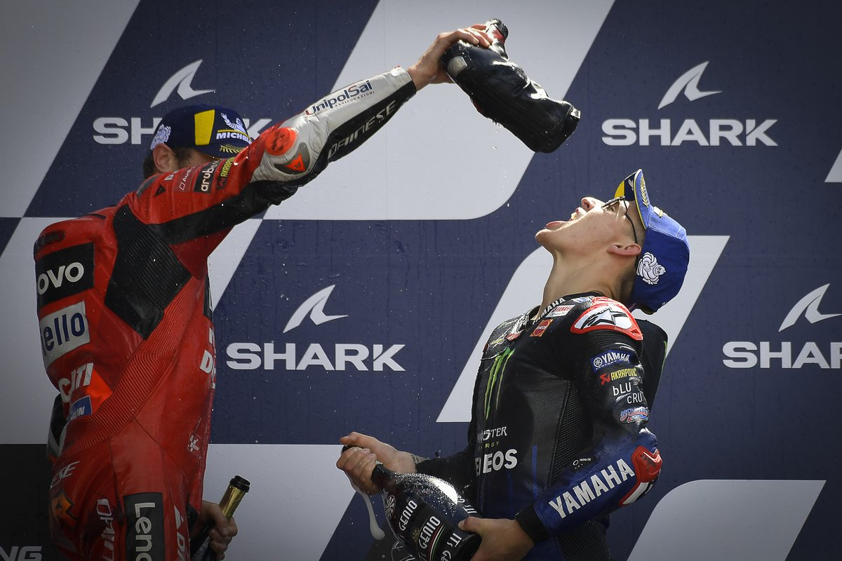Podio: ganador Jack Miller, Ducati Team le da de beber de su bota al tercer lugar Fabio Quartararo, Yamaha Factory Racing