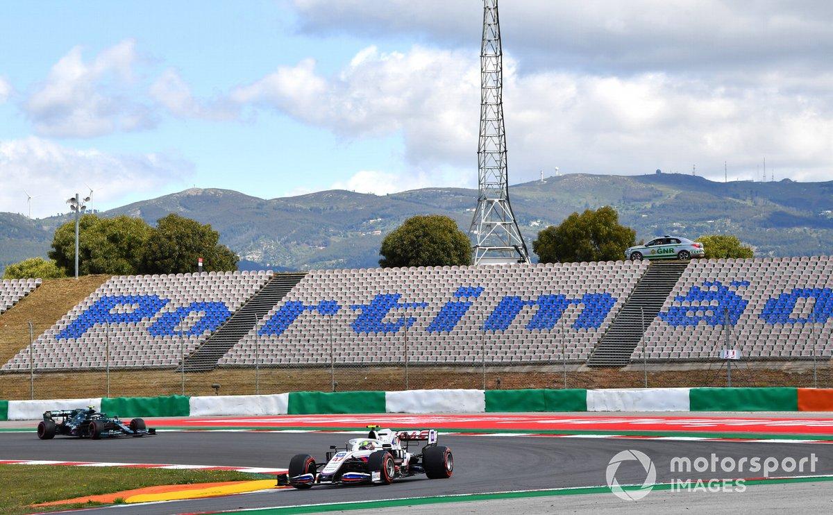 Mick Schumacher, Haas VF-21, Sebastian Vettel, Aston Martin AMR21