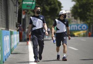 Yuki Tsunoda, AlphaTauri AT02 and team members track walk