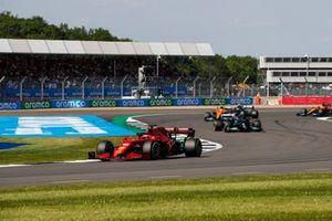 Charles Leclerc, Ferrari SF21, Lewis Hamilton, Mercedes W12, Lando Norris, McLaren MCL35M, en Valtteri Bottas, Mercedes W12