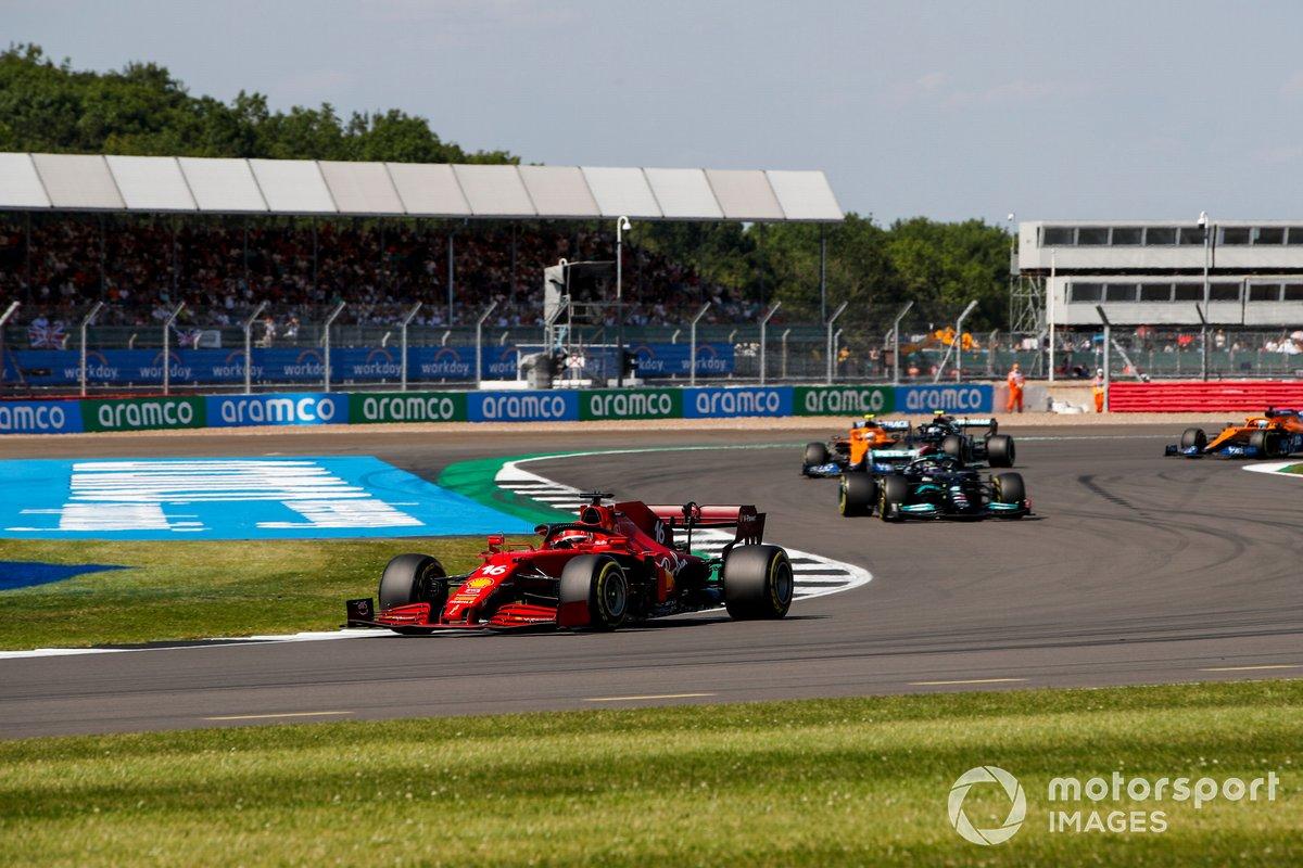 Charles Leclerc, Ferrari SF21, Lewis Hamilton, Mercedes W12, Lando Norris, McLaren MCL35M, e Valtteri Bottas, Mercedes W12