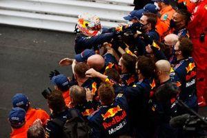 Max Verstappen, Red Bull Racing, primo classificato, festeggia con il team al Parc Ferme