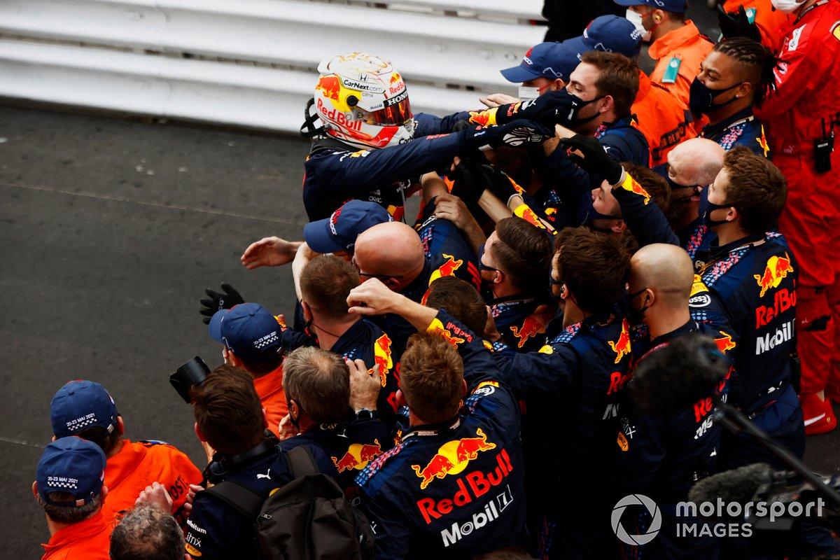 Ganador de la carrera Max Verstappen, Red Bull Racing, celebra con el equipo en Parc Ferme