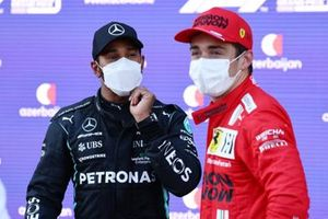 Lewis Hamilton, Mercedes, habla con el ganador de la pole, Charles Leclerc, Ferrari, en el Parc Ferme